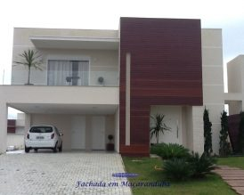 Painel residencial externo na essência ITAUBA (Mezilaurus Itaúba) instalado no condomínio Alphaville